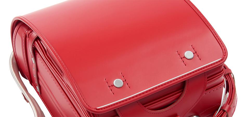 コードバンのランドセルのかぶせは、素材の良さを活かしてかっこよく使いやすいデザインに。