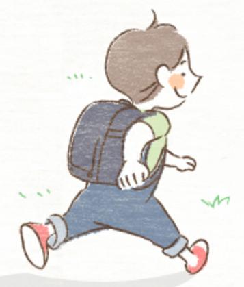 ランドセルを背負って遊ぶ小学生