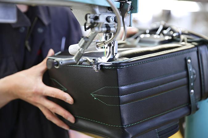 職人のミシン縫い