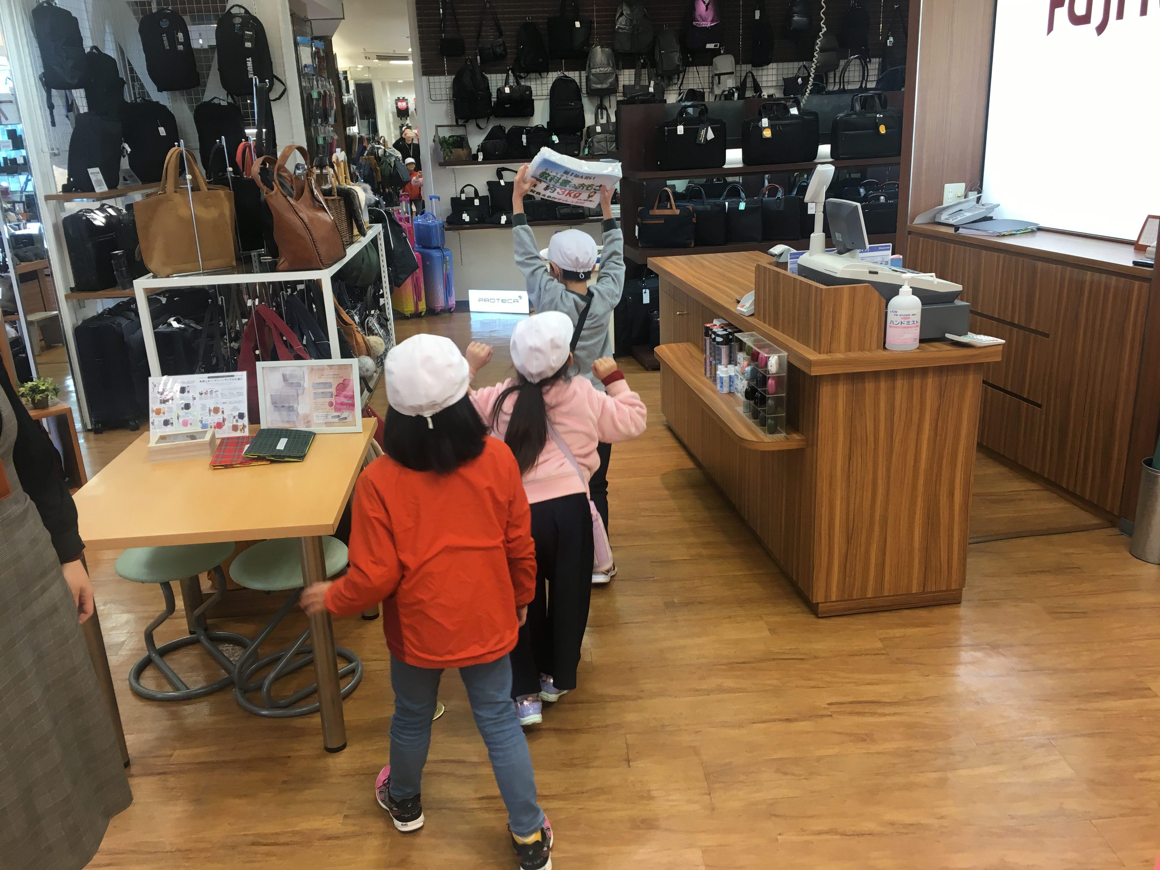 店内を歩き回る子供たち