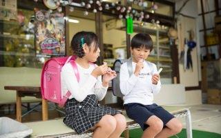子どもたちの憩いの場「駄菓子屋はじめや」 〜陰ながら子どもたちを支えるおばちゃんとフジタのランドセル 〜