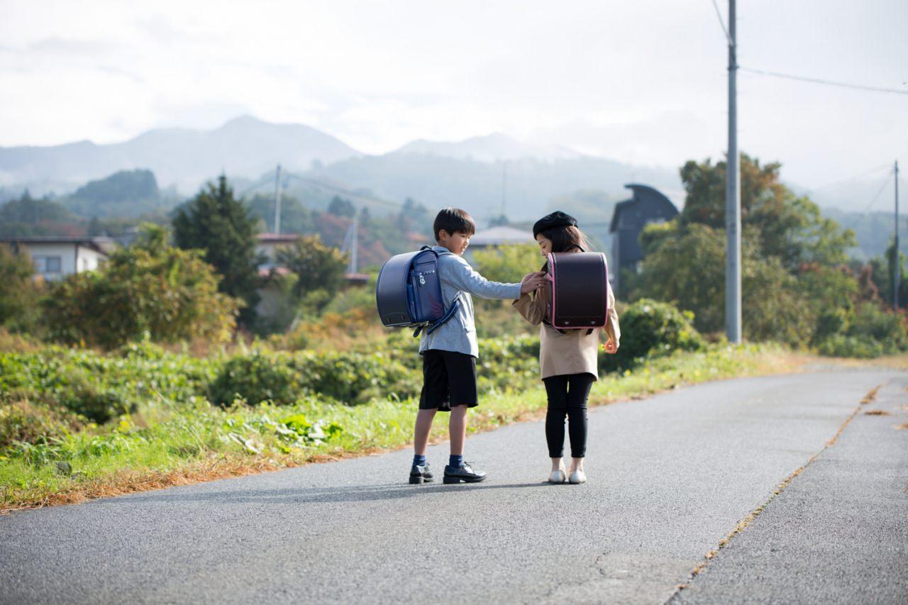 軽快な足取りに!体に吸い付くフィット感のフジタのランドセル 〜蔵王連峰を眺める絶景通学路から〜