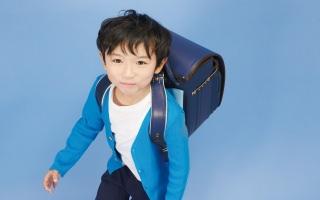 フジタのブルーのランドセル。男の子のかっこいいがギュッと詰まっています。